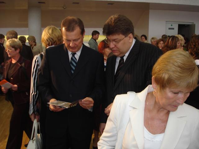 Губернатор С. Катанандов и Мэр В. Масляков.  Знакомство с продукцией. Петрозаводск.
